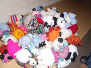 Thirty little knitted sheep to give away